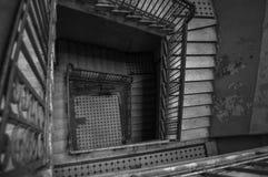 Opinión de alto ángulo de la escalera espiral abandonada vieja fotografía de archivo