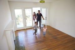 Opinión de alto ángulo la familia que explora el nuevo hogar en día móvil fotografía de archivo libre de regalías