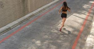 Opinión de alto ángulo la mujer afroamericana que activa en la ciudad 4k metrajes