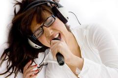 Opinión de alto ángulo la mujer que disfruta de música Fotografía de archivo libre de regalías