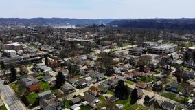 Opinión de alto ángulo de la pequeña ciudad del valle del río Ohio metrajes