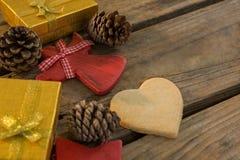 Opinión de alto ángulo de los conos del pino con las cajas de regalo Imagen de archivo libre de regalías