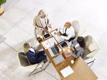 Opinión de alto ángulo los ejecutivos empresariales que se encuentran en oficina fotografía de archivo