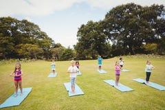 Opinión de alto ángulo los niños que hacen yoga Fotografía de archivo