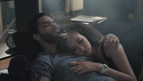 Opinión de alto ángulo de los pares jovenes felices hermosos que abrazan mientras que duerme en la cama, madrugada, relashionship Fotografía de archivo