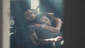 Opinión de alto ángulo de los pares jovenes felices hermosos que abrazan mientras que duerme en la cama, madrugada, relashionship Foto de archivo libre de regalías
