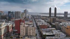 Opinión de alto ángulo San Diego Skyline en día lluvioso almacen de video