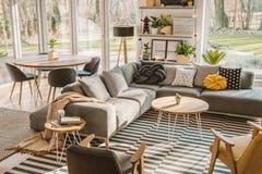 Opinión de alto ángulo de un interior elegante, nórdico de la sala de estar con a fotografía de archivo