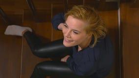 Opinión de alto ángulo una mujer atractiva joven en las escaleras almacen de metraje de vídeo