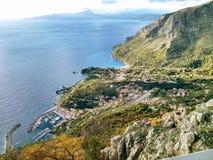 Opinión de Amaizing sobre el mar y las montañas Foto de archivo