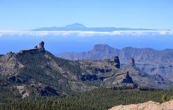 Opini?n de Amegine del pico m?s alto de Gran Canaria Pico de las Nieves para bajar a Roque Nublo una isla de Tenerife con el volc fotografía de archivo libre de regalías