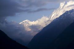 Opinión de Annapurna, nubes que se cierran adentro Imagen de archivo