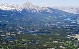 Opinión de Areial de los lagos jasper desde arriba de la montaña de la marmota - parque nacional de jaspe, Canadá Fotografía de archivo libre de regalías