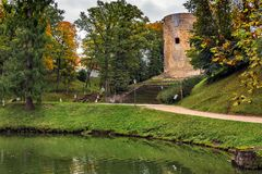 Opinión de Arial sobre ruinas viejas del castillo en la ciudad de Cesis, Letonia Fotografía de archivo