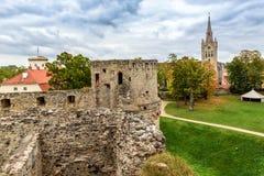 Opinión de Arial sobre ruinas viejas del castillo en la ciudad de Cesis, Letonia Imagen de archivo