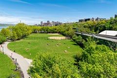 Opinión de Arial a través del parque de estado del Riverbank en New York City, con Upper Manhattan y George Washington Bridge en foto de archivo libre de regalías