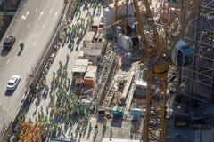 Opinión de Arial un grupo grande de trabajadores de construcción, agrupado en el lado del camino foto de archivo libre de regalías