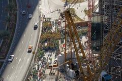 Opinión de Arial un grupo grande de trabajadores de construcción, agrupado en el lado del camino fotografía de archivo libre de regalías