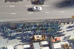 Opinión de Arial un grupo grande de trabajadores de construcción, agrupado en el lado del camino fotografía de archivo