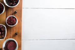 Opinión de arriba aceitunas con las diversas frutas en cuencos Fotografía de archivo