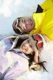 Opinión de arriba dos adolescentes el día de fiesta del esquí Fotos de archivo