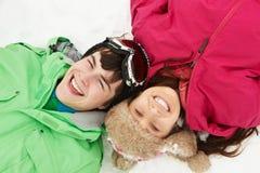 Opinión de arriba dos adolescentes el día de fiesta del esquí Fotografía de archivo libre de regalías
