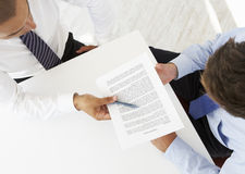 Opinión de arriba dos hombres de negocios que trabajan en el escritorio junto imágenes de archivo libres de regalías