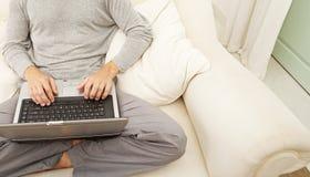 Opinión de arriba el hombre profesional con la computadora portátil y el teléfono elegante en casa. fotos de archivo