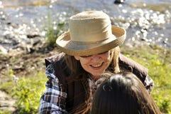 Opinión de arriba la mujer de mediana edad en la conversación que sonríe con el amigo Imagenes de archivo