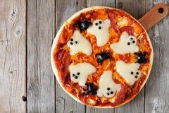 Opinión de arriba de la pizza de Halloween sobre la madera rústica fotografía de archivo libre de regalías