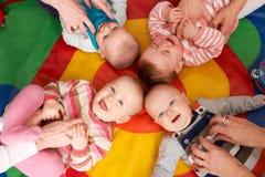 Opinión de arriba los bebés que se divierten en el cuarto de niños Playgroup Foto de archivo libre de regalías