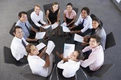 Opinión de arriba los empresarios asentados en círculo en el seminario de la compañía Imagen de archivo libre de regalías