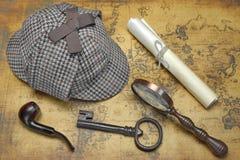Opinión de arriba Sherlock Hat And Detective Tools en mapa Foto de archivo