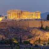 Opinión de Atenas Grecia, del Parthenon y de la acrópolis en el crepúsculo imagenes de archivo