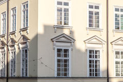 Opinión de ayuntamiento con las ventanas medievales Imagen de archivo libre de regalías