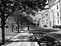 Opinión de B&W de una calle hermosa de Praga, República Checa foto de archivo