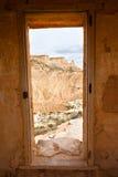 Opinión de Bardenas Reales a través de una puerta como marco Imagenes de archivo