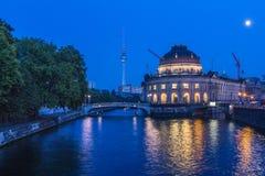 Opinión de Berlín encendido en Museumsinsel y la TV-torre imagen de archivo libre de regalías