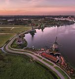 Opinión de Birdseye de la salida del sol en los molinoes de viento de Zaanse Schans foto de archivo