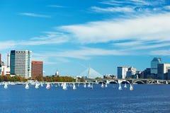 Opinión de Boston y del río Charles del puente de Harvard fotografía de archivo