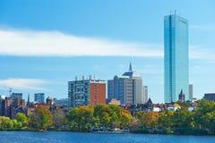 Opinión de Boston y del río Charles del puente de Harvard fotografía de archivo libre de regalías
