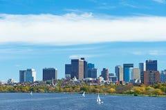 Opinión de Boston y del río Charles del puente de Harvard imagenes de archivo