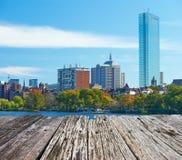 Opinión de Boston y del río Charles del puente de Harvard foto de archivo