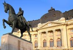 Opinión de Bucarest - estatua del villancico I y biblioteca de los centros Imágenes de archivo libres de regalías