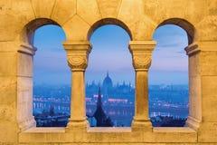 Opinión de Budapest a través de los arcos de piedra Imagen de archivo libre de regalías