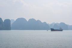 Opinión de buque de carga de la bahía de Halong Foto de archivo libre de regalías