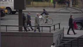 Opinión de cámara lenta de peatones y de coches en NYC (6 de 9) metrajes
