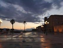 Opinión de Cagliari Cerdeña en la oscuridad con la luz corta fotos de archivo