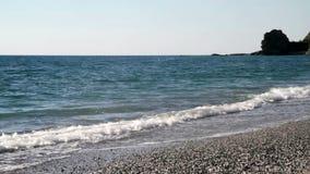 Opinión de Calabria, Italia de la playa abandonada con el cielo y las nubes almacen de video