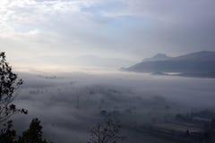 Opinión de Cassino y de Montecassino con niebla Imágenes de archivo libres de regalías